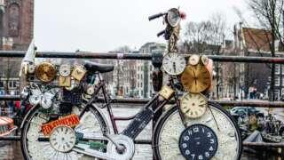 Fahrrad auf Brücke über Fluss